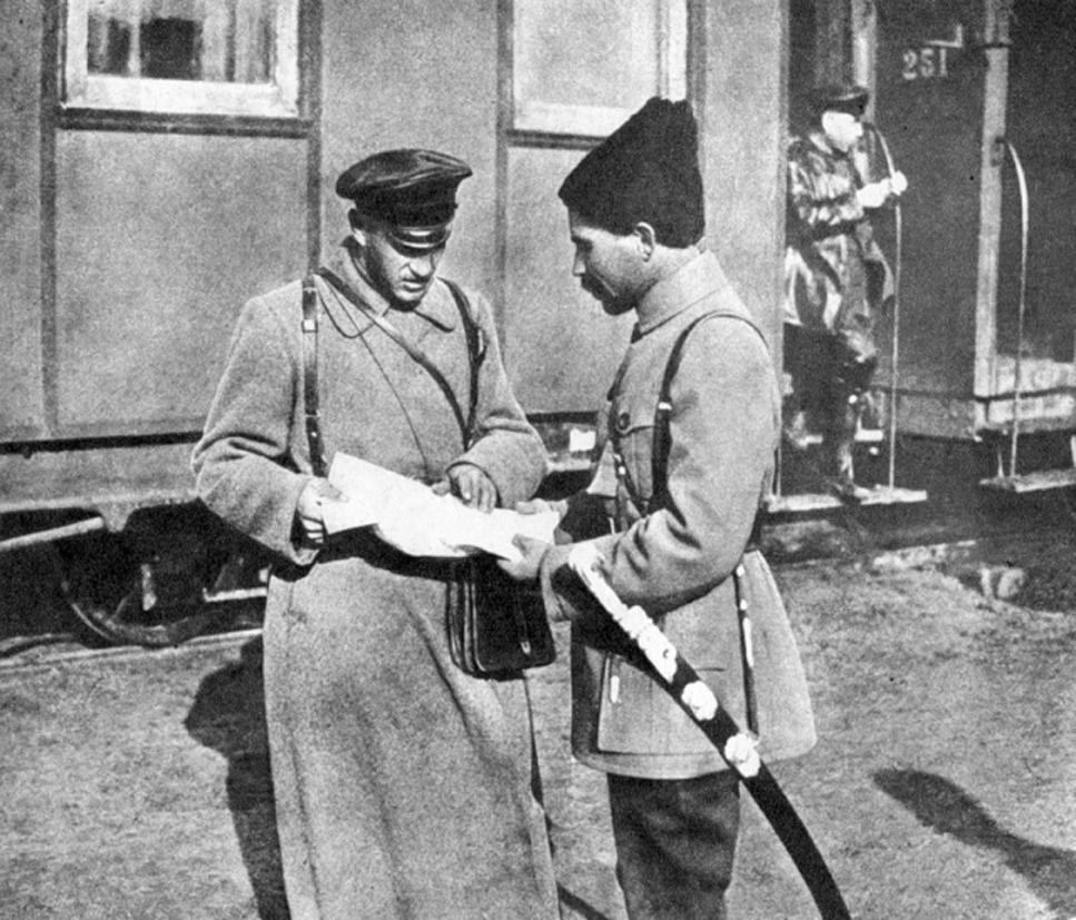 Сергей Захаров (слева) и Василий Чапаев возле штабного вагона на станции Николаевска, Восточный фронт, сентябрь 1918 года.