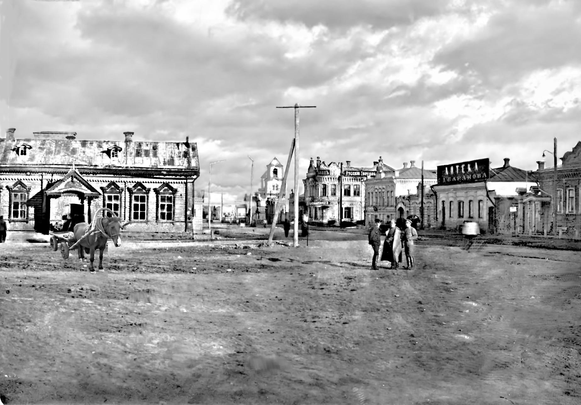 Народный дом (слева)