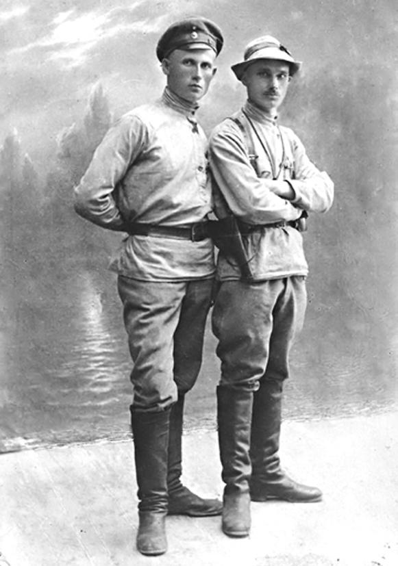 Студийный снимок на память: справа - В. Ермощенко
