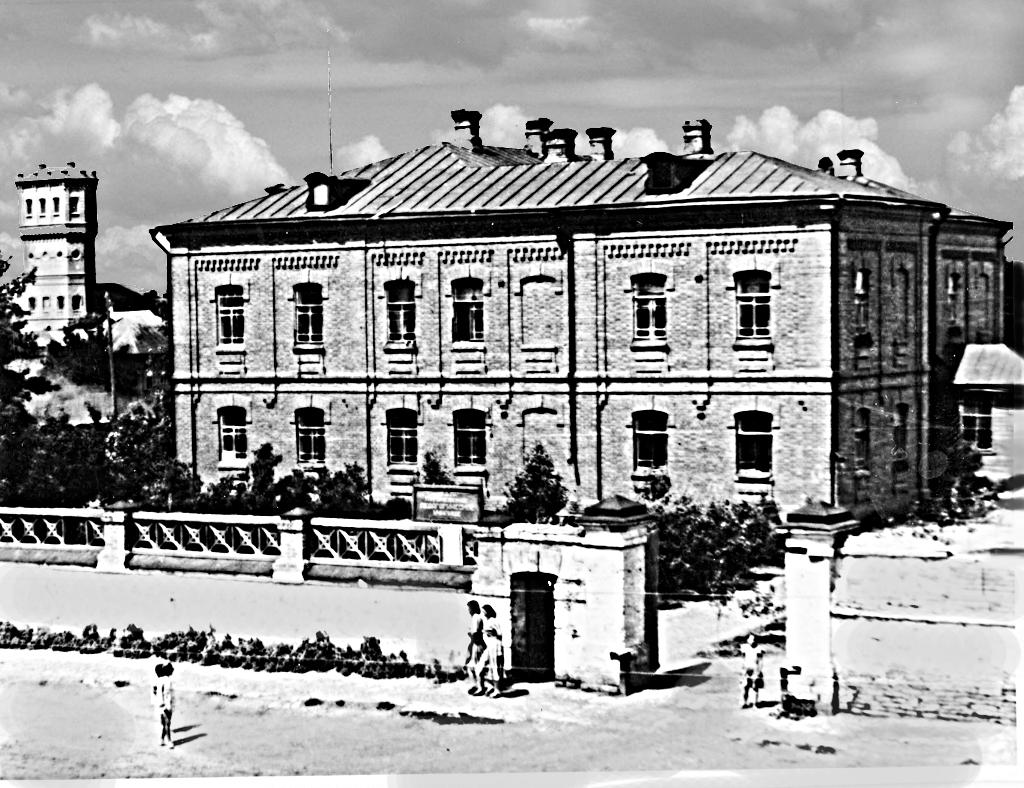 Здание построил купец М.Т. Мальцев, как припют для престарелых. В дальнейшем - педучилище, неполная средняя, затем средняя школа №3,