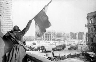 Красный флаг над городом