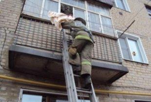 В Пугачеве спасатели вызволили из ловушки двухлетнего малыша