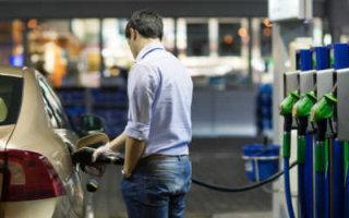 Нефть дешевеет, а бензин нет