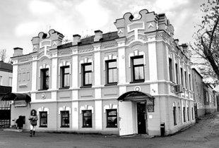 Красивый дом на серой улице