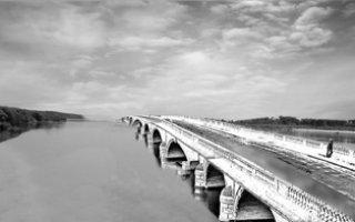 Мост вдоль реки