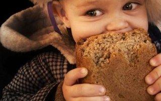 Пособие на ребенка увеличили на стоимость булки хлеба и литра молока