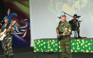 На летней сцене в парке – гости из Крыма