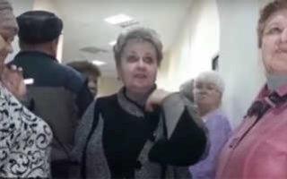 """Возмущенные жители Вольска взяли штурмом офис АО """"Управление отходами"""""""