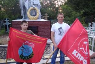 """КПРФ и """"Боевое братство"""" отреставрировали памятник на братской могиле в Пугачеве"""