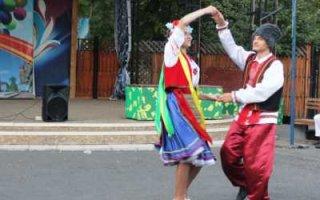 Песни, танцы и фланкировка шашкой