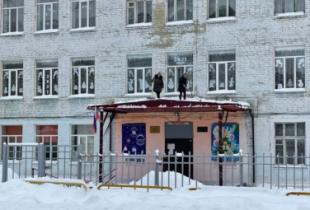 Учителя вынуждены убирать снег из-за проблем с финансированием
