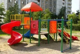 Россиян заставят платить за детские площадки, лавочки и клумбы