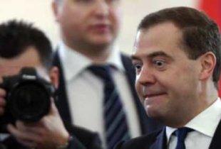 Медведев отбирает по миллиону рублей у каждого работающего мужчины и более 1,5 миллиона рублей – у каждой работающей женщины в стране