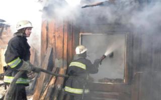 В Клинцовке горела летняя кухня и надворные постройки