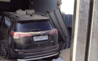 Житель Пугачева на Toyota RAV4 врезался в чужой гараж