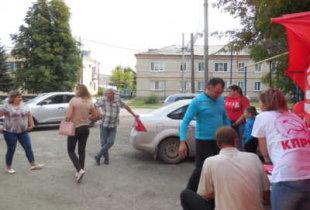 В Ивантеевке жители требовали отставки облдепов П. Артемова и В. Капкаева