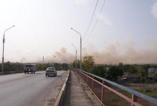 """В Пугачеве горит свалка. Огонь идет к микрорайону """"Семь ветров"""""""