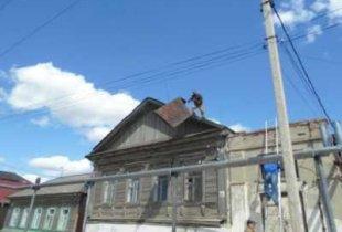 В Пугачеве с крыши здания сорвало металлический лист