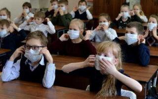 Ковидные ограничения введены в сорока школах области