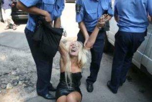 Жительница Пугачева обматерила и избила стража порядка