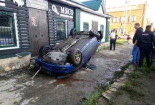 В Пугачеве иномарка вылетела на тротуар и перекрыла вход в магазин