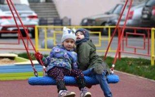 Семьям с детьми начнут выплачивать около 12 тысяч рублей на карту