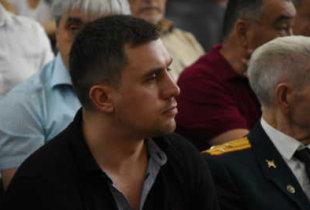 """На обсуждениях по Горному """"боевой брат"""" Авезниязов пытался силой лишить депутата слова"""