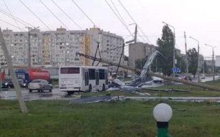 В Балаково ураган вырвал с корнем деревья, выбил окна, перевернул автомобили