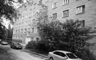 Два дома на окраине города