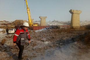 Работы на строительстве моста через Камелик ведутся в две смены