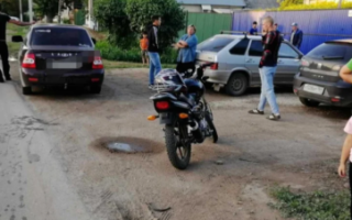 В Пугачеве мотоциклист без прав сбил девочку