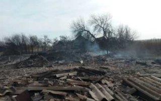 В Перелюбском районе сгорел дом. Пожарные ехали час и приехали без воды