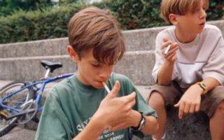 Родителей курящих школьников хотят сажать на 15 суток