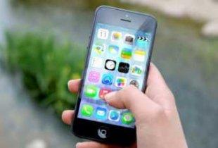 Власти хотят запретить ученикам использовать в школах мобильные телефоны