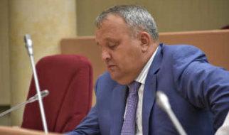 Депутат Артемов оправдал чиновницу-хамку и раскритиковал политическую систему страны
