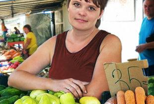 Овощные прилавки на городском рынке