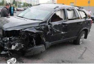 Пенсионер на ГАЗ-21 протаранил 12 элитных внедорожников чиновников