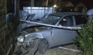 Водитель «Приоры» протаранил стену жилого дома
