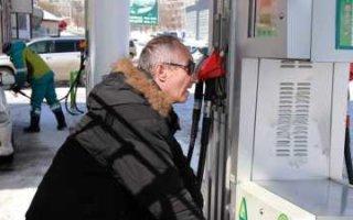 Россиян готовят к цене на бензин в 100 рублей за литр