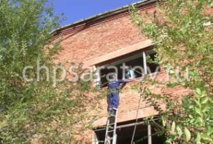 В Пугачеве спасатели спасли мальчика, застрявшего в заброшенном здании