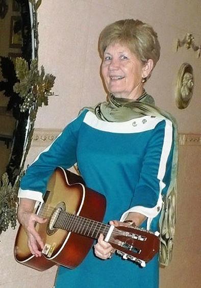А.Селихова с гитарой